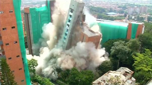 Espectacular explosión controlada para demoler un edificio en Colombia