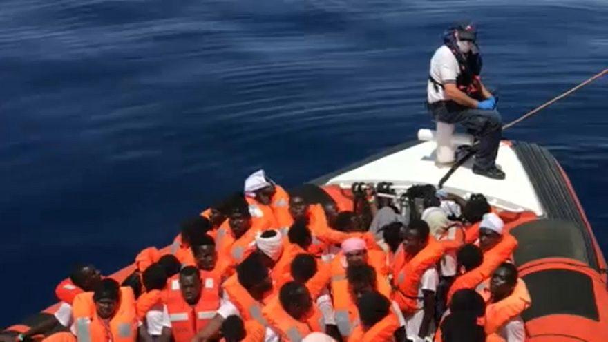 Migranti, braccio di ferro tra Merkel e Seehofer
