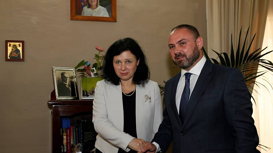 Vĕra Jourová com o ministro da Justiça maltês, Owen Bonnici