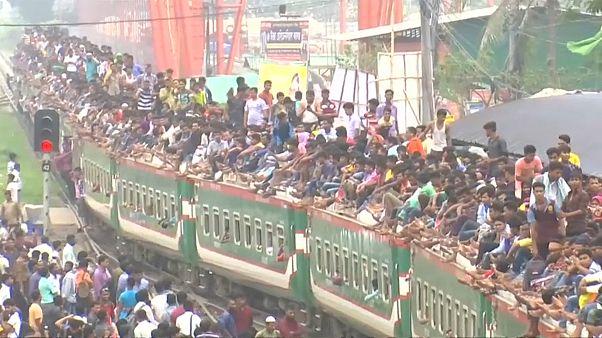 آلاف الناس على ظهر القطار