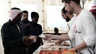 Αποκλειστικό Aquarius: Οι Ιταλοί έκαναν δώρα στα παιδιά μεταναστών