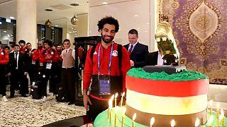 جماهير الشيشان تقدم كعكة ميلاد محمد صلاح فتعيد ابتسامته!