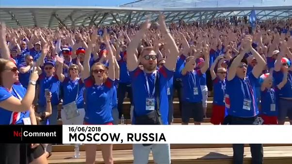 """Islanda, l'applauso dei """"Vichinghi"""" per sostenere l'Islanda contro l'Argentina"""