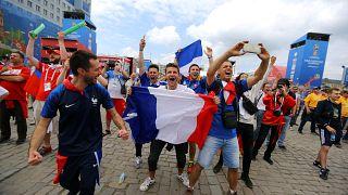 Les supporters des Bleus et des Socceroos ensemble