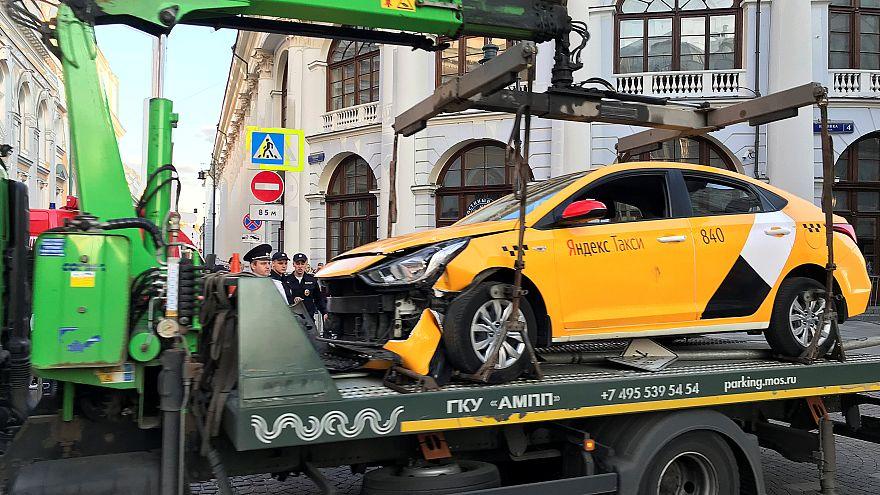 В Москве водитель такси сбил мексиканских болельщиков