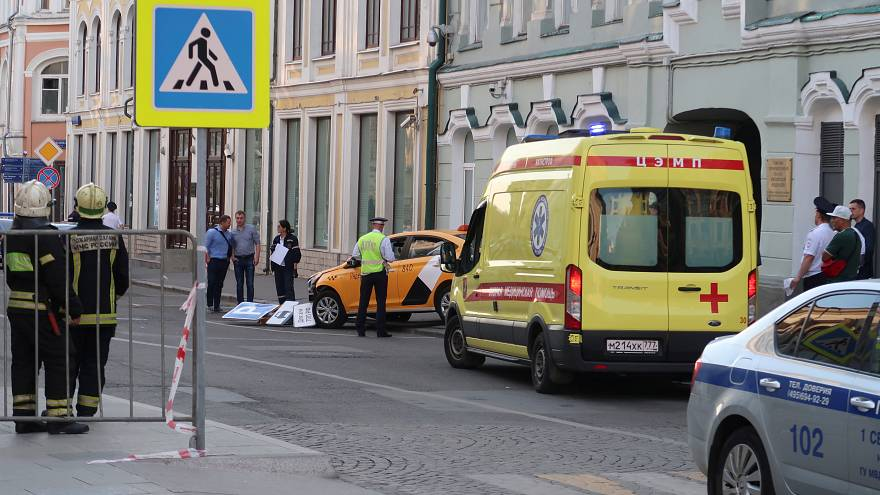Ein Taxi in Moskauer hat Passanten auf einem Gehweg angefahren.