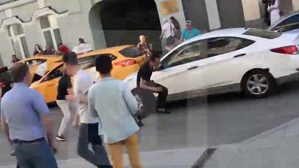 Több ember megsérült, amikor egy taxi a tömegbe hajtott Moszkvában