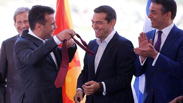 Atina ve Üsküp 27 yıllık isim krizini sonlandıran anlaşmayı imzaladı