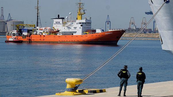 Migrantes a bordo do Aquarius chegam ao porto de Valência