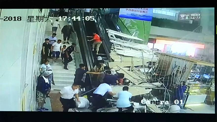 На туристов в Китае рухнул потолок