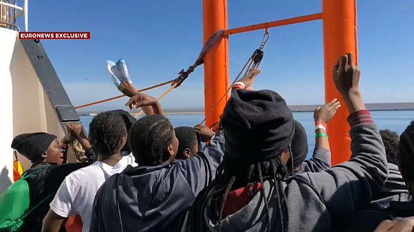 Sbarcano a Valencia i 630 migranti dell'Aquarius