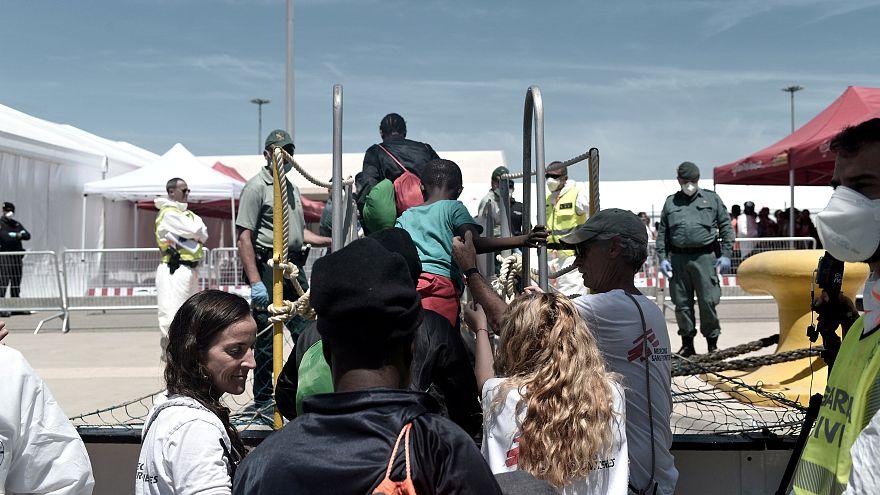 Chegaram a Valência as 360 pessoas resgatadas no Mediterrâneo