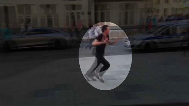 شاهد لحظة هروب سائق سيارة الأجرة الذي دهس مارة بموسكو