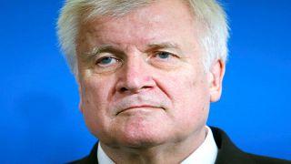 وزير الداخلية الألماني يصف الخلاف مع ميركل بشأن المهاجرين بالخطير
