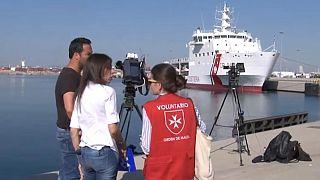 Eine Helferin in Valencia im Gespräch mit Journalisten.