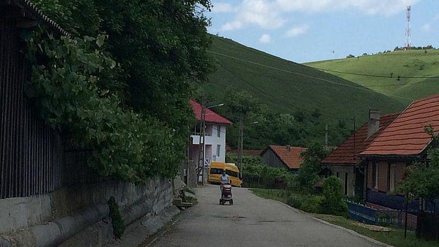 """قرية """"بلا لصوص"""" في رومانيا يعلق سكانها الأموال على أبواب المنازل"""
