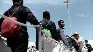 Μετανάστες που διασώθηκαν από το πλοίο Aquarius αποβιβάζονται στη Βαλένθια
