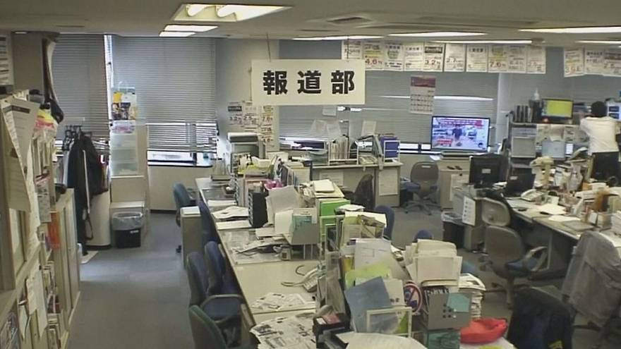 شاهد: مبان ومكاتب تهتز جراء زلزال اليابان