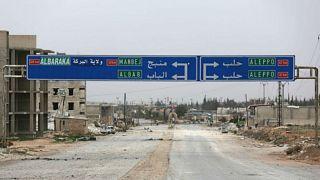 لافتة توضح اتجاه مدينة منبج على طريق في بلدة الباب بسوريا - أرشيف رويترز