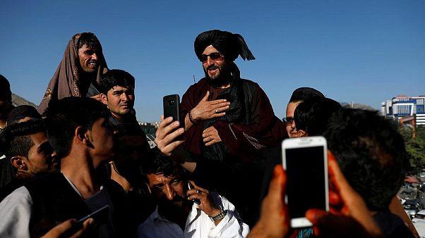 طالبان: اعضای ما که با مقامات دولتی سلفی گرفتهاند مجازات میشوند