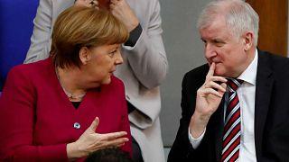 ارشيف رويترز -  أنجيلا ميركل مع وزير الداخلية هورست زيهوفر في برلين.