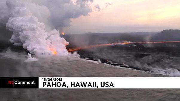 Egy lávafolyó a tengerbe fut Hawaii szigetén