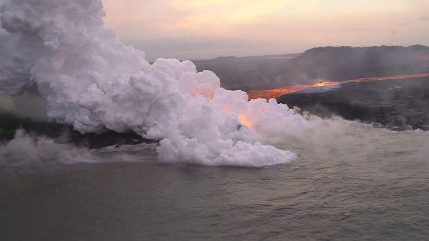 حمم بركان كيلاويا تحوّل المياه إلى أرض جديدة