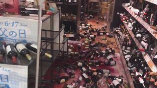 Scherben im Weinladen nach Erdbeben in Japan