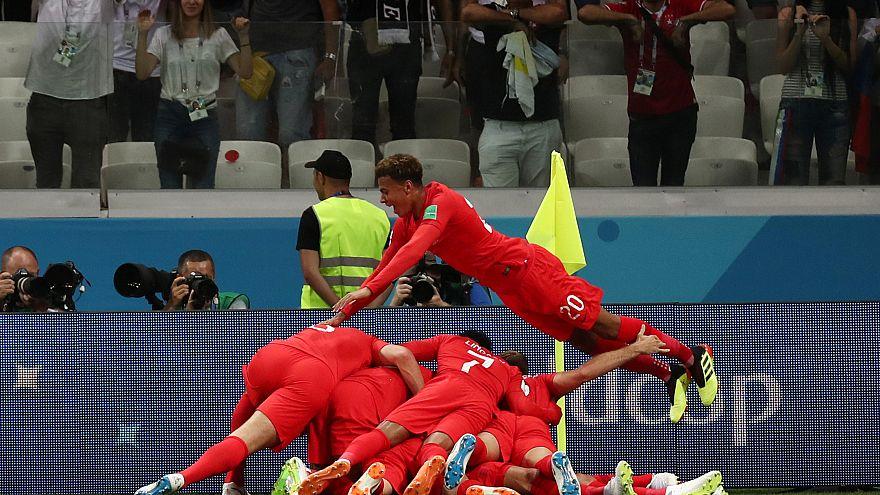 احتفال لاعبي إنجلترا بتسجيل الهدف الثاني