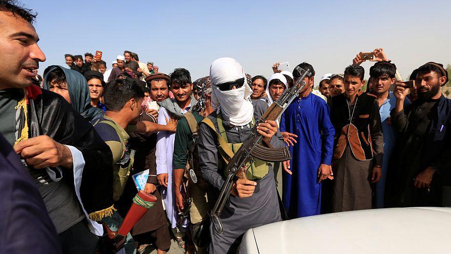 Taliban: Strafe für Selfies mit Soldaten