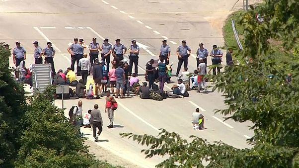 الشرطة البوسنية تسد الطريق على مهاجرين