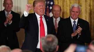 الرئيس الأمريكي دونالد ترامب في نهاية لقاء في البيت الأبيض بواشنطن