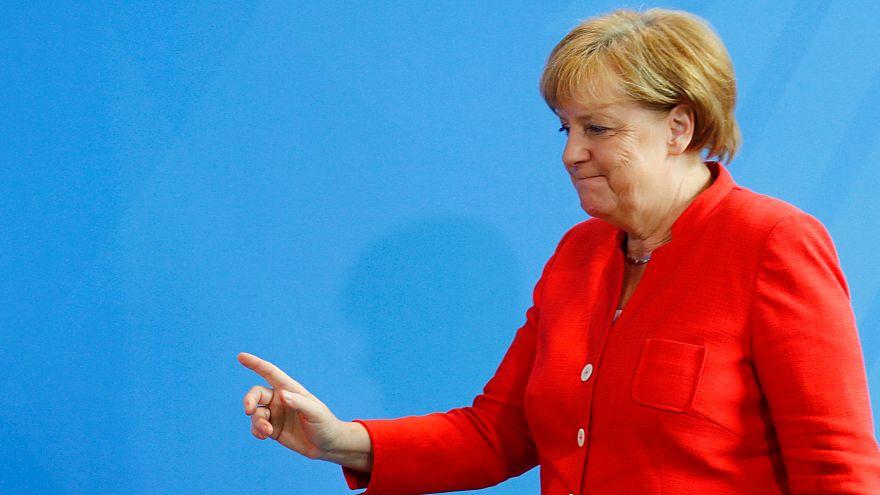 Macron reçu par Merkel sur fond de crise migratoire