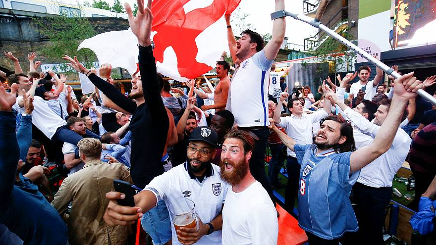 Английские болельщики празднуют победу