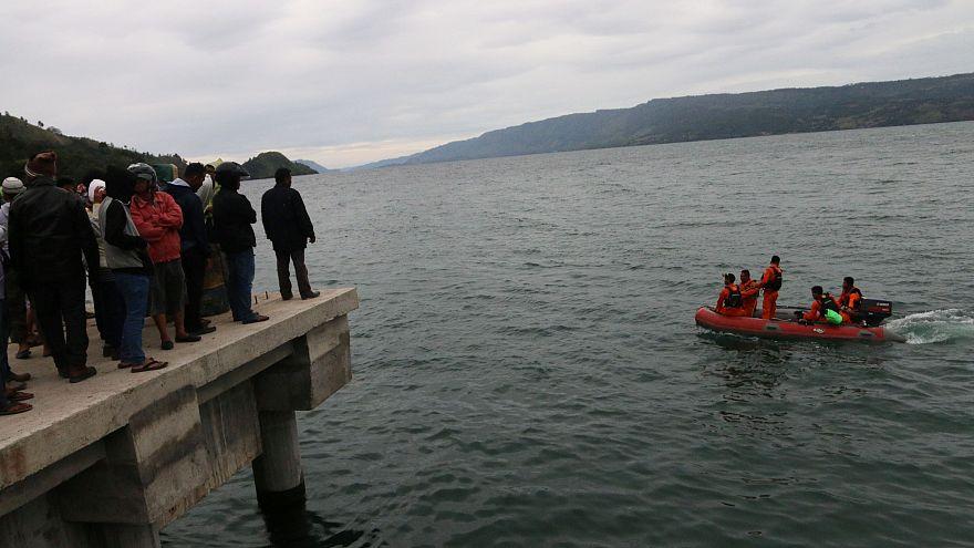 Endonezya'da feribot battı: En az 180 kişi kayıp