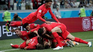 Harry Kane celebra con sus compañeros su primer gol para Inglaterra