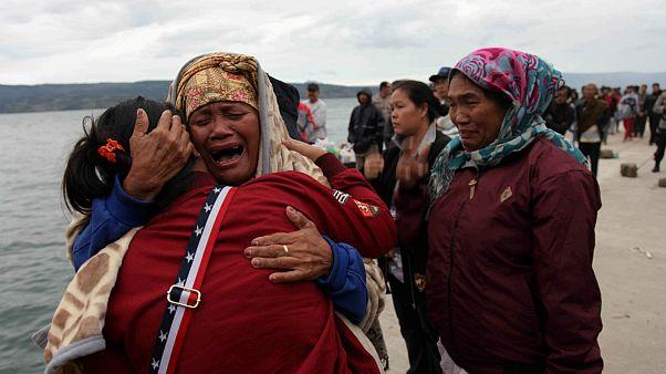 Familiares das vítimas desesperam por notícias de sobreviventes