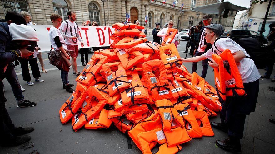 """Loi """"asile-immigration"""" : des gilets de sauvetage devant le sénat"""