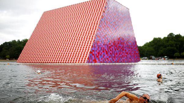 Βρετανία: Ένα πελώριο γλυπτό πλέει στη λίμνη του Χάιντ Παρκ
