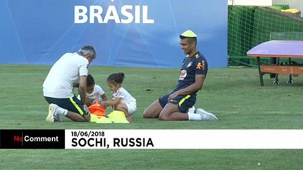 Gyermekeikkel játszottak a brazil focisták a pályán