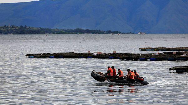 عملیات نجات کشتی غرق شده در اندونزی