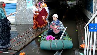 Transforman un paso subterráneo inundado en Rusia en un 'Carnaval de Venecia'