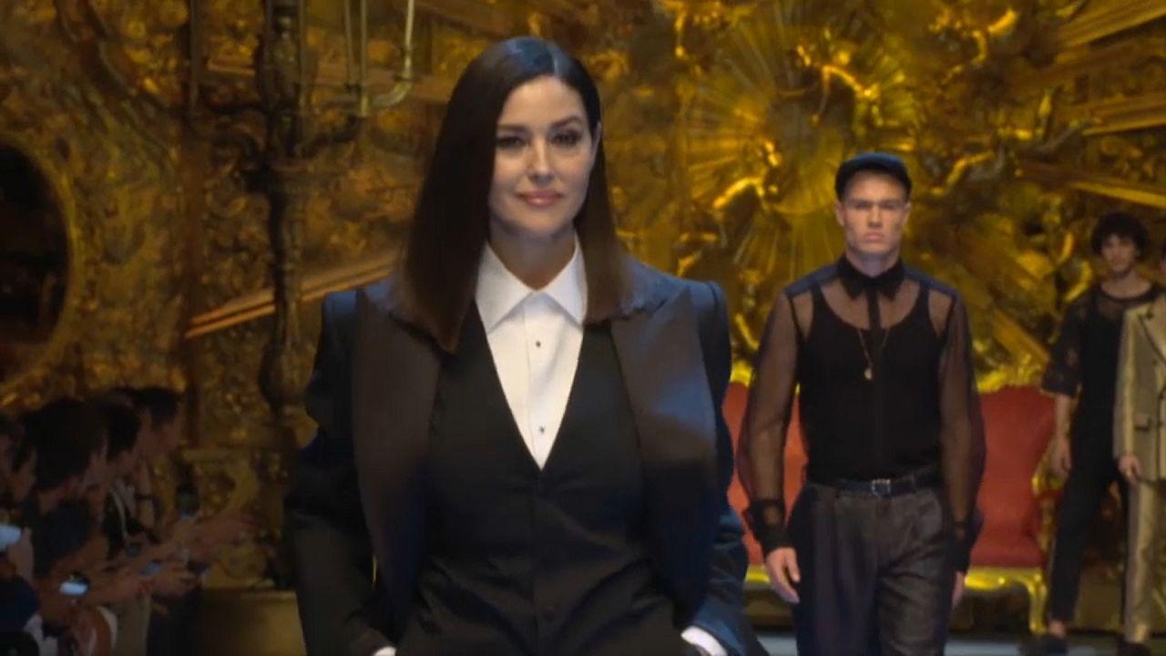 Monica Bellucci brilha em Semana da Moda Masculina de Milão