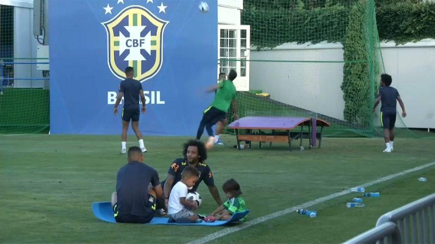 Brezilyalı futbolcular sahada çocukları ile hoş vakit geçirdi