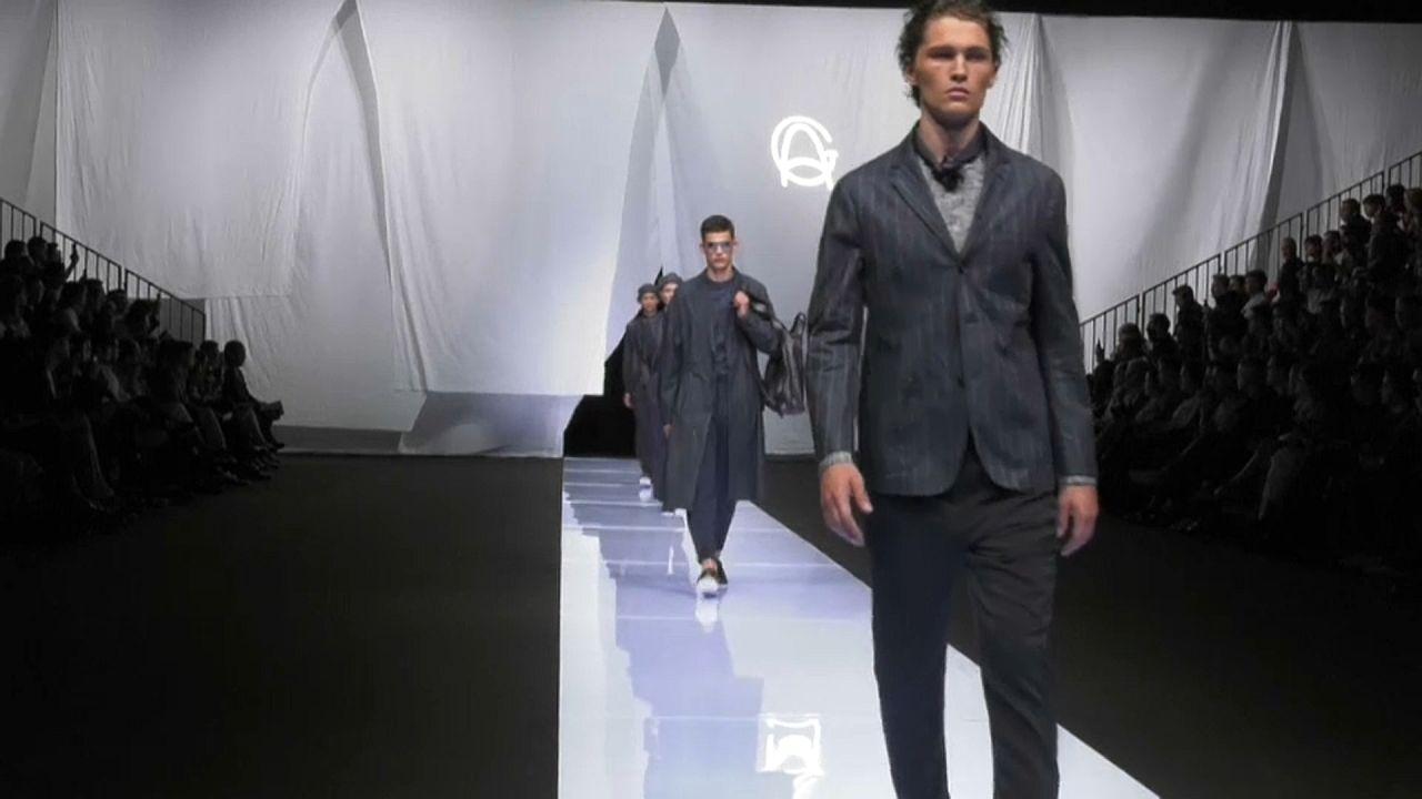Männermode in Mailand: Jugendliche Eleganz auf nackter Brust