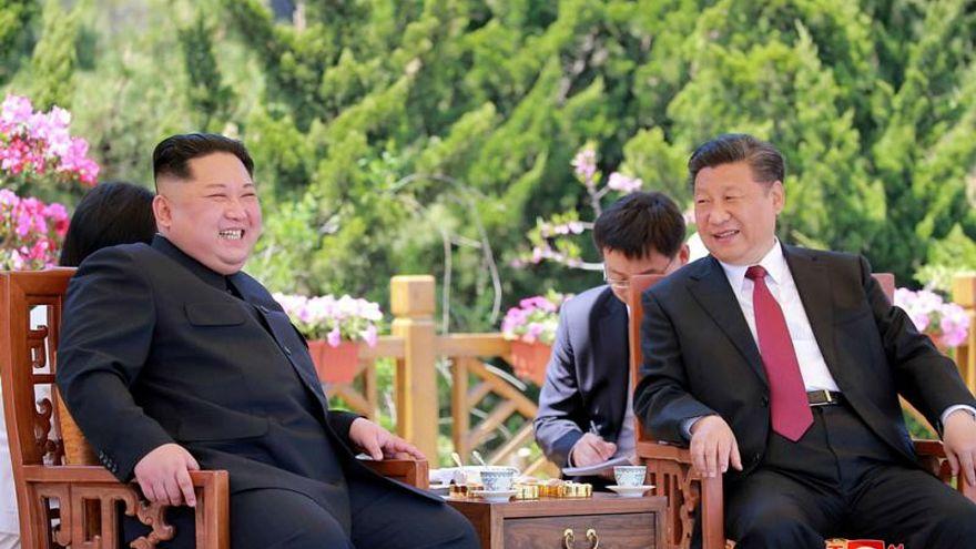 الرئيس الصيني شي جين بينغ خلال لقاء مع زعيم كوريا الشمالية كيم جونج