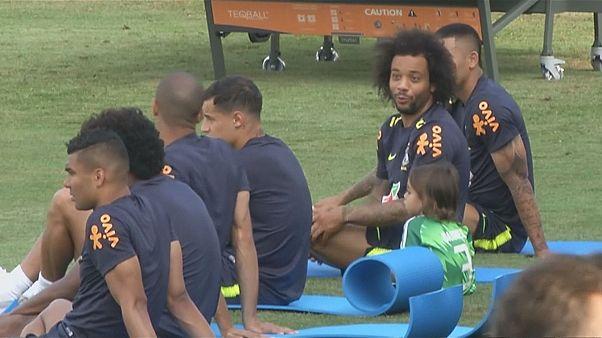 """Seleção brasileira """"treina"""" com familiares"""