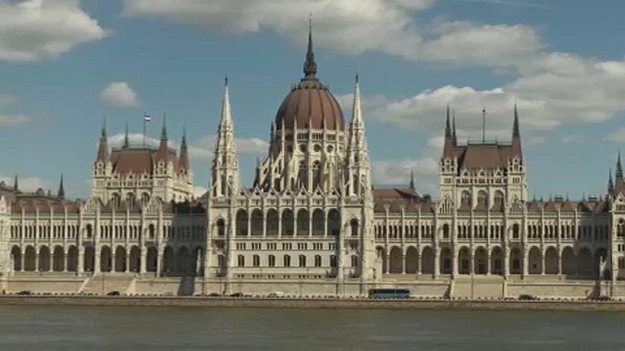 Parlament előtt a STOP Soros
