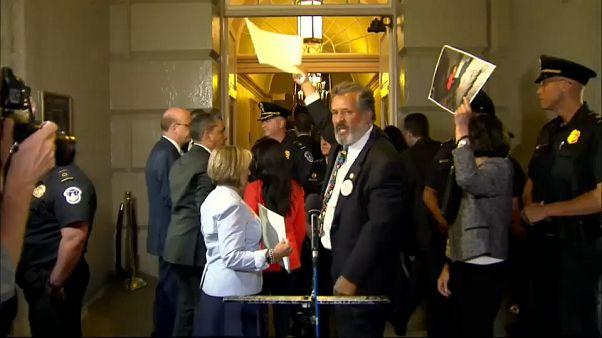 Senadores demócratas abuchean a Trump en el Capitolio