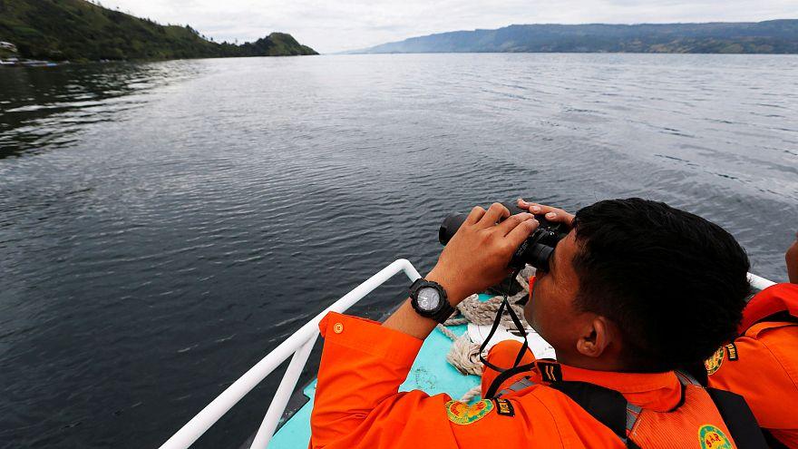 البحث تحت مياه بحيرة توبا عن 180 مفقودا عقب غرق عبارة في إندونيسيا
